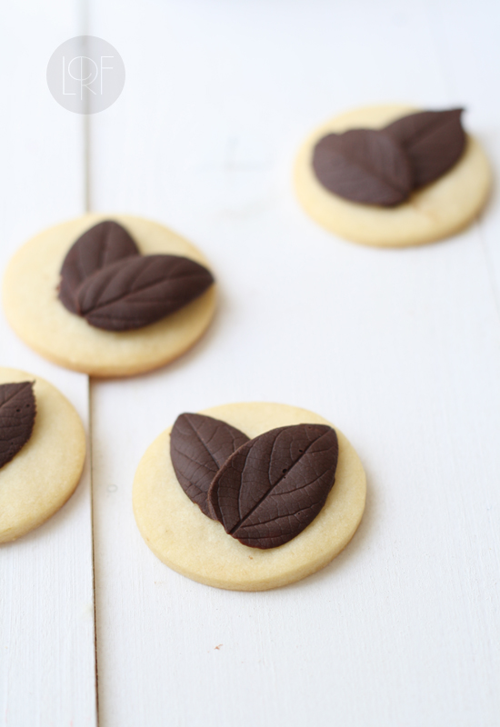 Cookies with chocolate leaves