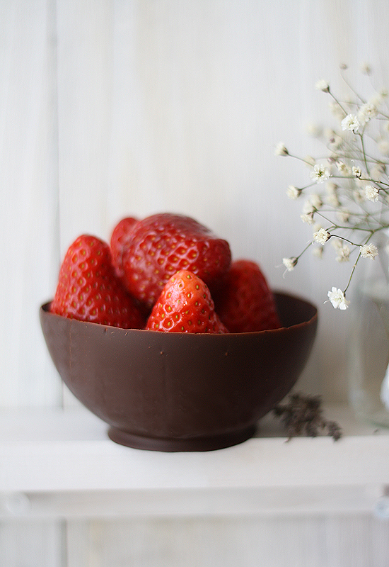 Bol de chocolate con ensalada de fresas - Chocolate bowl