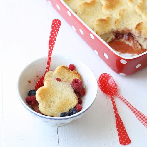 Pastel de pan y fresas