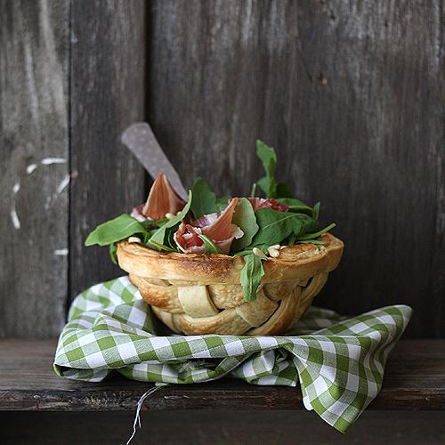Ensalada de jamón y rúcula en cesta
