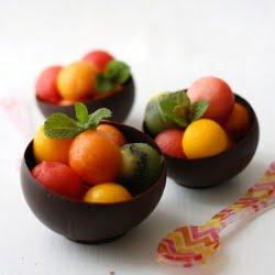 Ensalada de frutas en cuenco de chocolate/Fruit salad in chocolate bowl